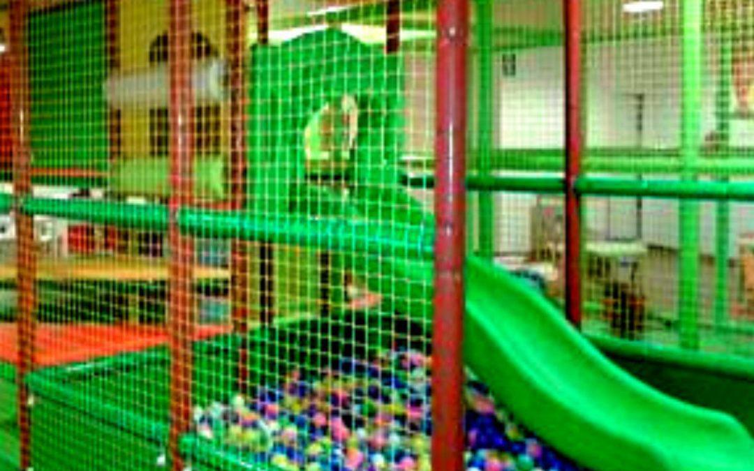 Parques infantiles de interior y piscina de bolas